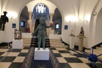 FOTO SCANDALOS Clotilde Armand a expus statui reprezentând DRACI în pielea goală în sediul Primăriei Sectorului 1