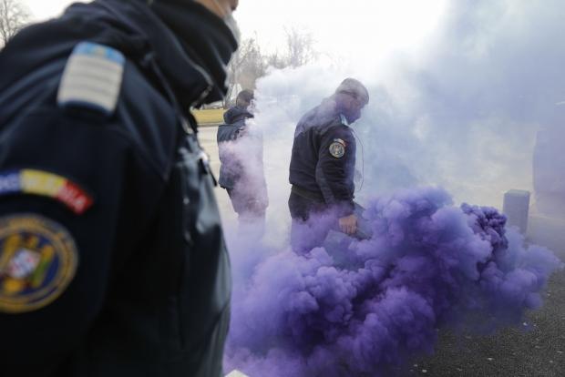 Scene FĂRĂ PRECEDENT – Jandarmii au săltat polițiștii și i-au dus la dube (FOTO/VIDEO)