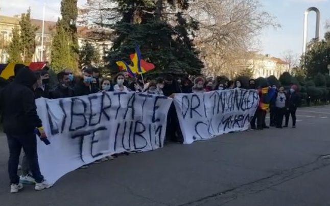 Proteste în toată țara faţă de noile restricţii. Petarde aruncate în jandarmi la București, violențe la Brăila, scandări xenofobe la Pitești