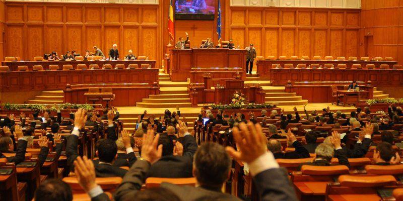 122 de foști parlamentari, beneficiari de pensii speciale, își vor banii înapoi: Au deschis procese în toată țara. Mulți au angajat una dintre cele mai scumpe case de avocatură